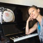 Charlotte Bé macht Theater am Klavier